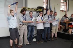 """Delegierte des VCP-Land Hamburg tragen """"Never walk alone"""" vor."""